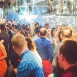 Şampania, shot-urile colorate şi muzica unuia dintre cei mai faimoşi DJ din Saint Tropez au dat startul weekend-ului FOTO, Vocea Timisului