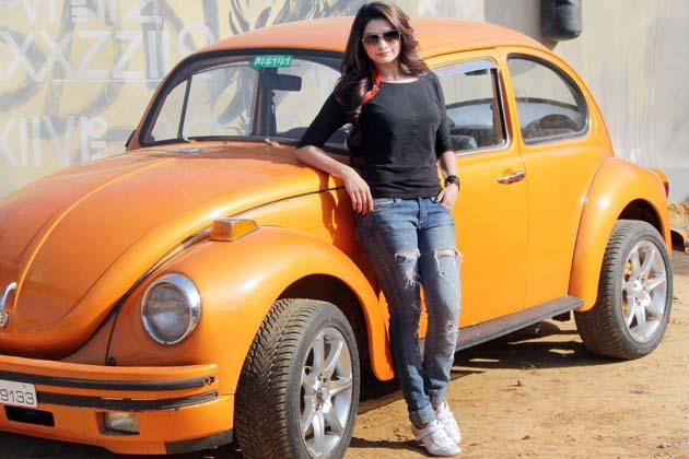 masina-femeie-broscuta-vw-beetle