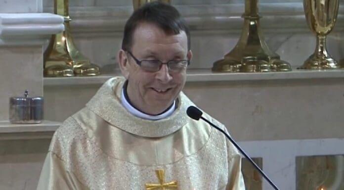 popa-cantaret-preot-catolic