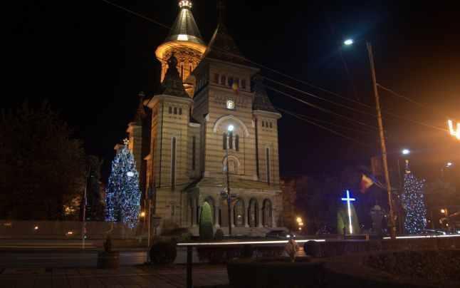 Crucea-de-neoane-Catedrala-Foto-Stefan-Both-Adevarul