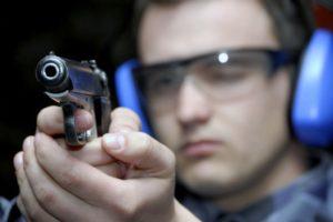 Jandarm trage cu arma pistol