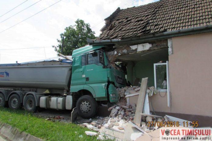 autocamion-intrat-intr-o-casa5