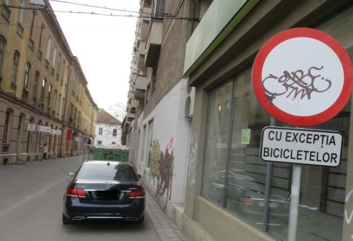 masina-parcata-pe-pietonala-cu-exceptia-bicicletelor
