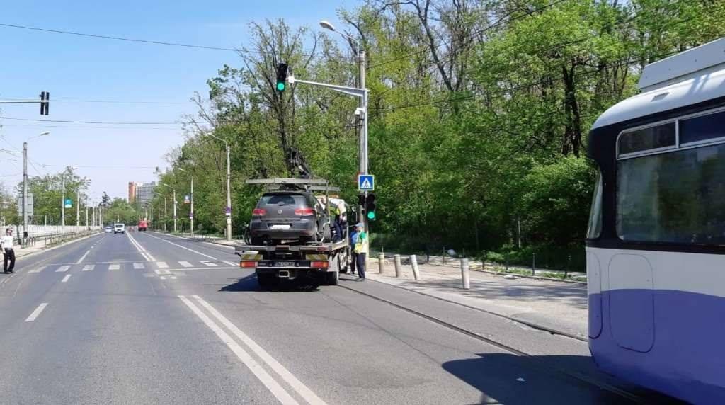 masina-ridicata-din-fata-tramvaiului-pe-strada-Gh-adam