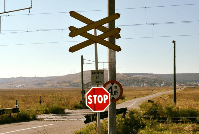Atentie-la-tren-trecele-la-nivel-cu-calea-ferata-fara-bariera